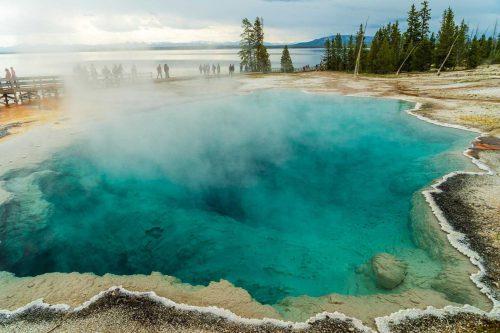 Yellowstone West thumb Geyser Basin met de prachtige kleuren en stoom komend vanaf het water