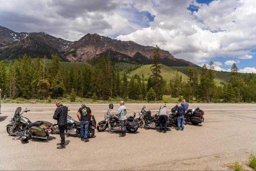 Motorrijders houden kleine pauze vlak bij de Rocky Mountains