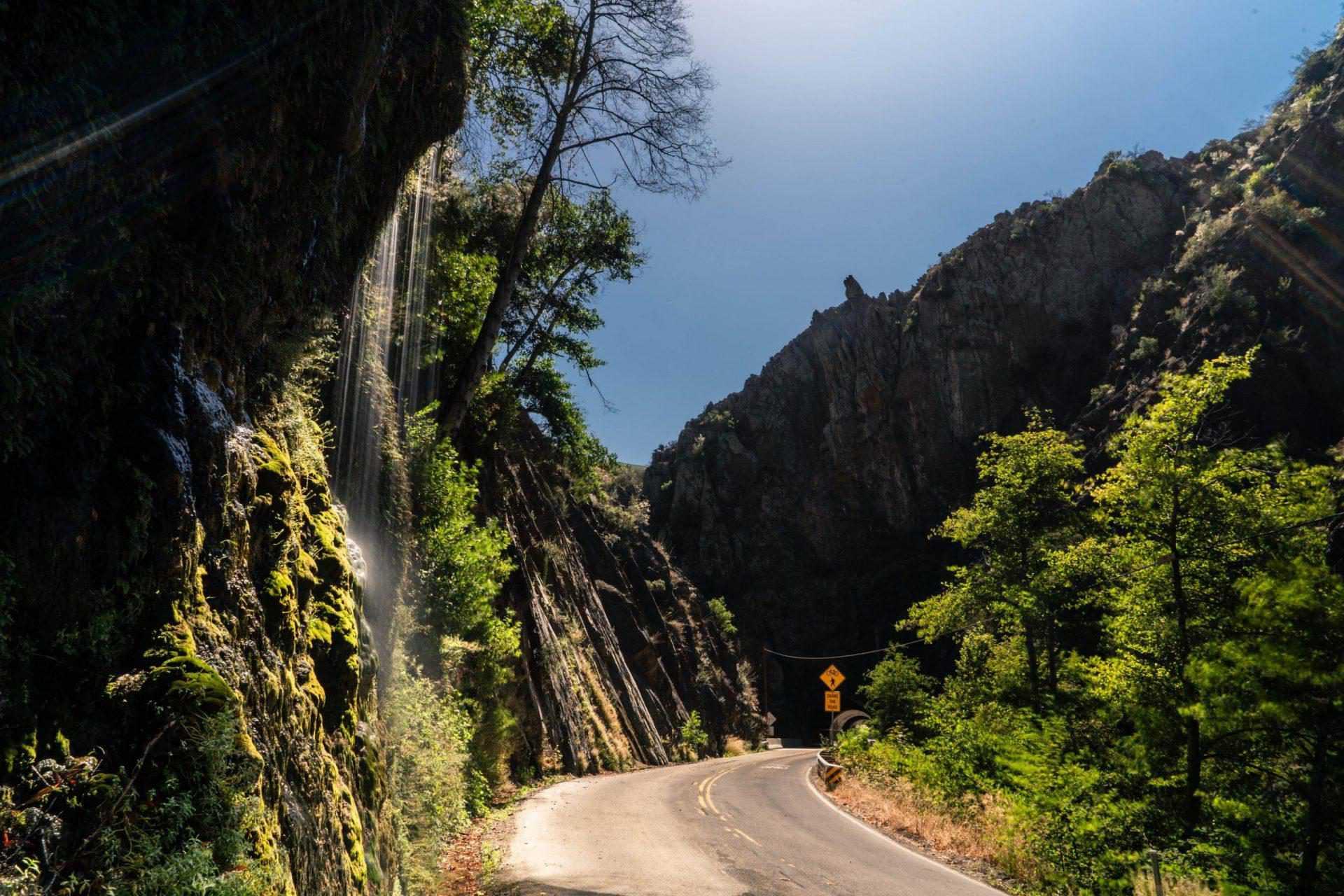 Waterval in bochtig berg gebied californië