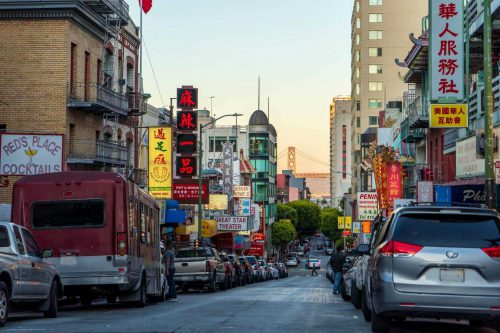 Chinatown San Francisco met de gold gate brug op de achtergrond