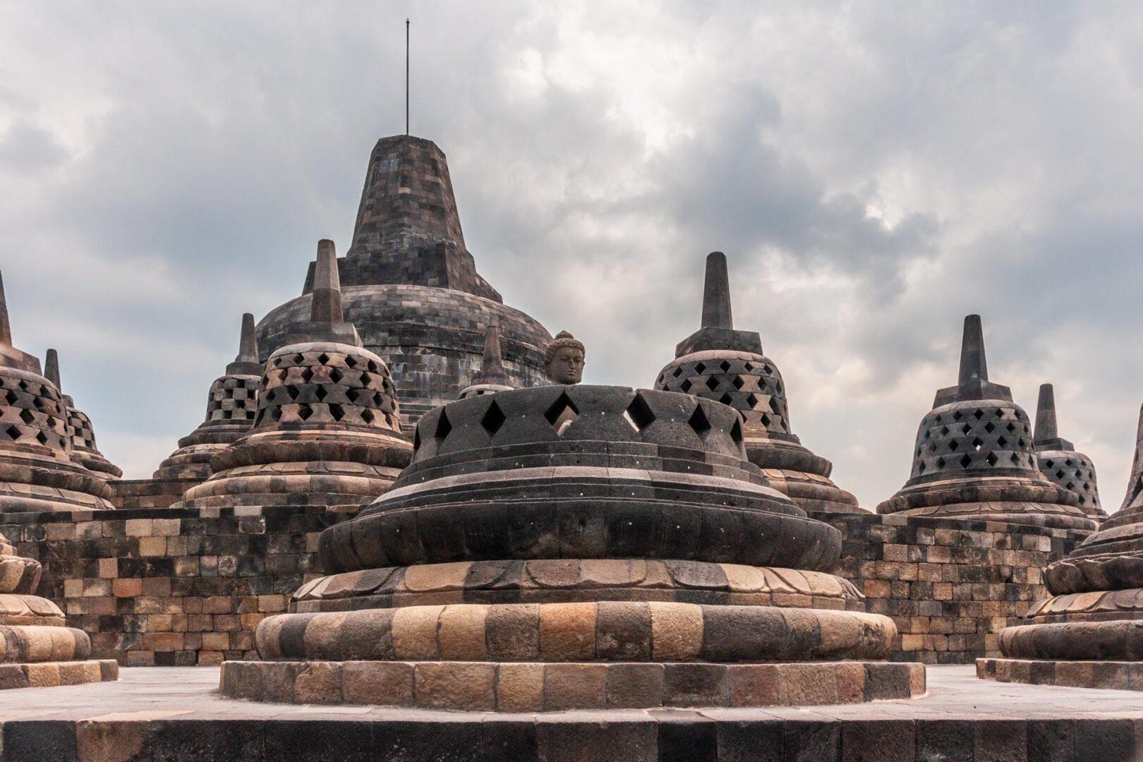 Stupa's met de buddha beelden in de stupa's bovenop de Borobudur vlak bij Yogyakarta