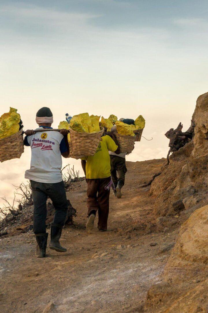Zwafeldragers bij de mijnen van Kawah Ijen