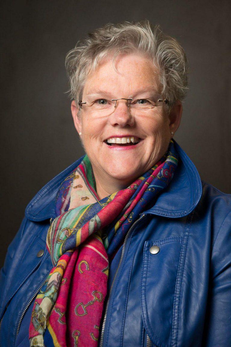 Personeel portretfoto voor website met eenvoudige achtergrond en 1 lamp