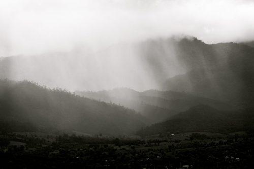 Storm over de bergen bij Pai