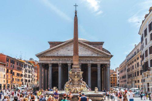 Het Pantheon is een antieke tempel in Rome uit de 2e eeuw n.Chr. Het is een herbouw van een eerder pantheon op deze plaats die in 80 door brand werd verwoest. Pantheon betekent ' alle goden'.