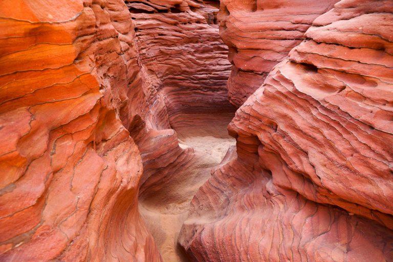 rode rotsen en gangen in de sinai