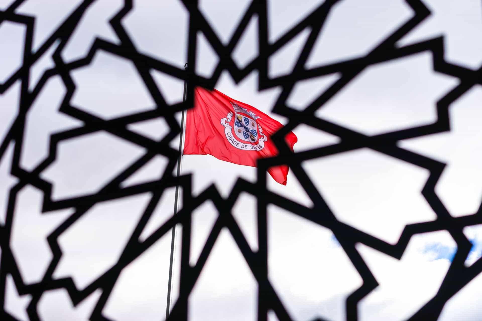 Portugeese vlag door poort van kasteel Silves