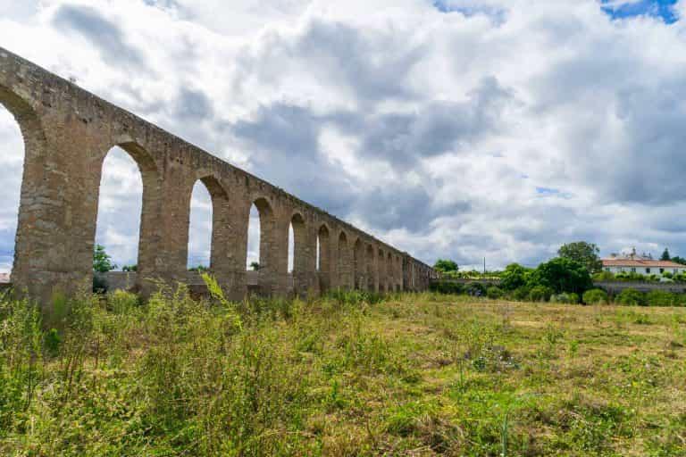 Aquaduct naar de bron Aqueduto da Água de Prata