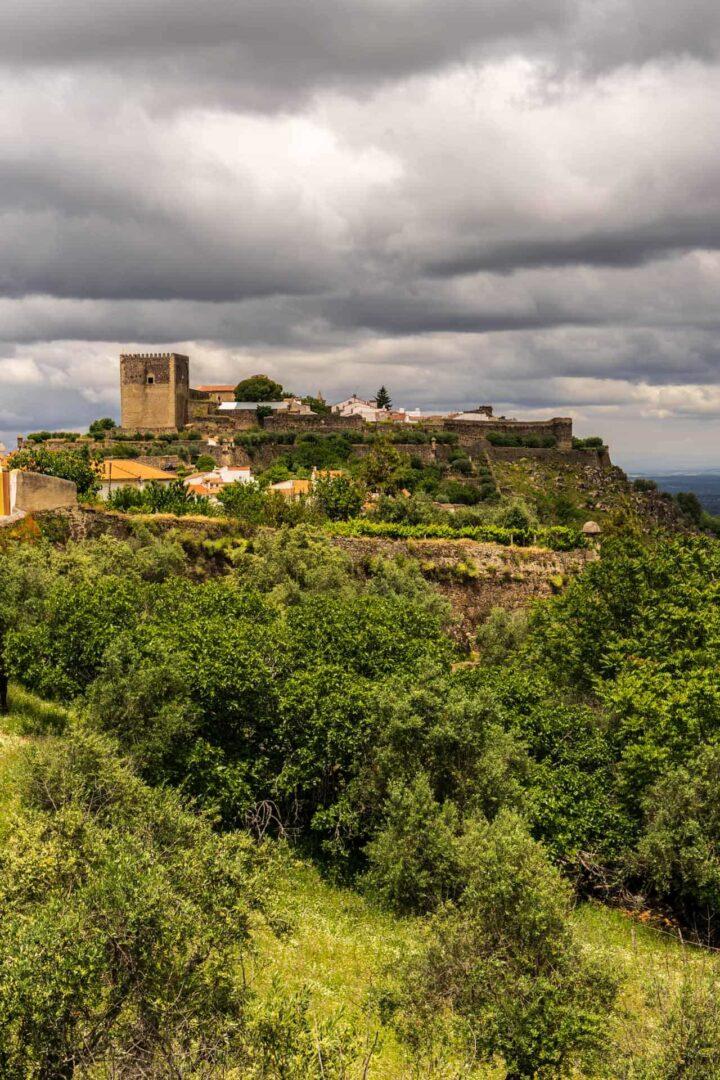 Het mooie kasteeldrop en kasteel Castelo de Vide met donkere luchten