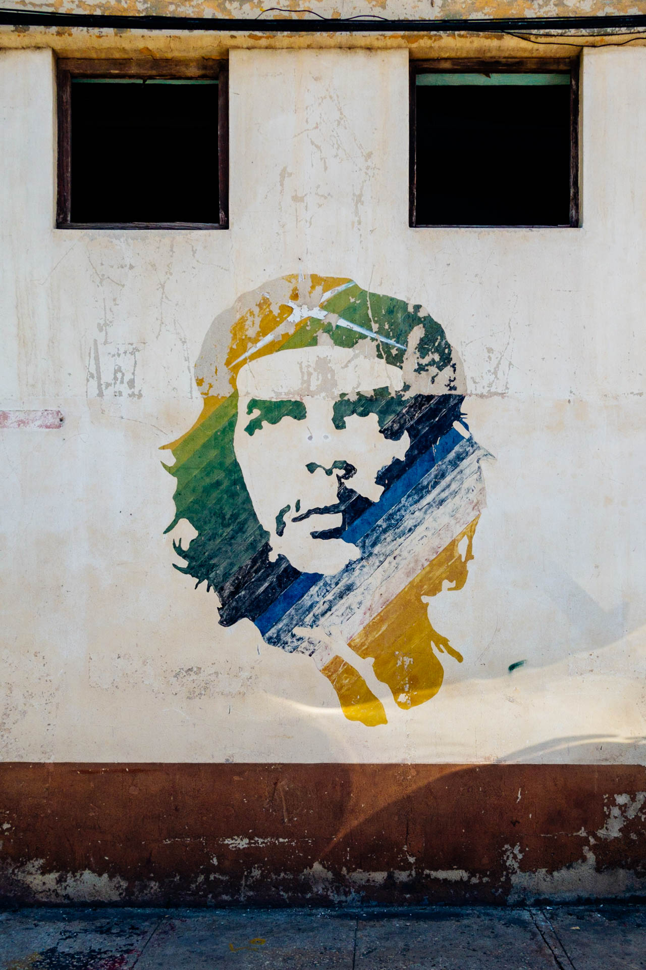 The famous Ché Guevara on the harbour railway station wall in havana.