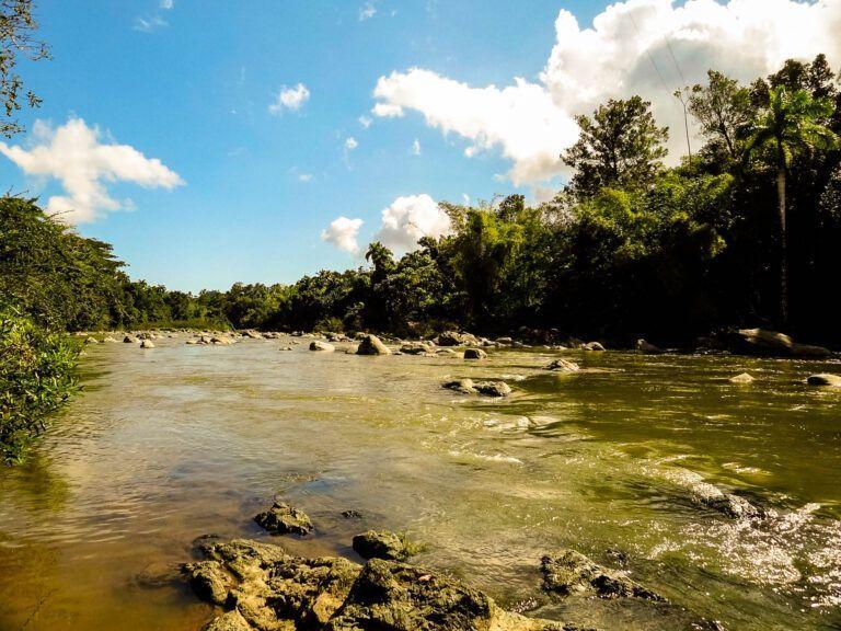 Om bij de berg te komen moet men eerst een rivier oversteken
